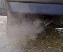 zanieczyszczenie Krakowa - kopcąca rura wydechowa